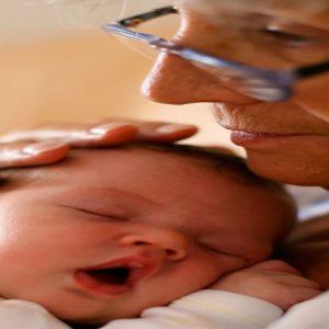 نگهداری از نوه ها باعث طول عمر پدربزرگ مادربزرگ ها می شود!