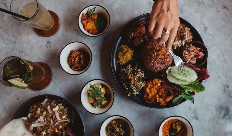 جزیره بالی - در یک وارونگ کنار جاده مثل مردم محلی غذا بخورید